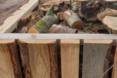 Holzboxen mit und ohne Inhalt